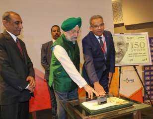 """"""" البريد """" تصدر طابعا تذكارياً بمناسبة عيد الميلاد ال 150 للزعيم الهندي غاندي"""