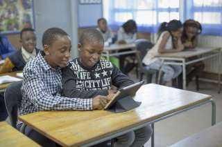 """"""" الإيكونوميست """" : ربط المدارسبالإنترنتيساهم في نمو الناتج المحلي"""
